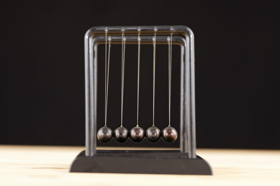 Alternierende Kraftkonstanten in linearer Atomkette